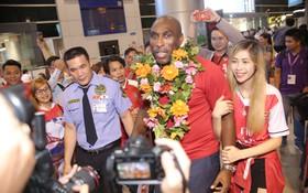Fan nữ Việt Nam ôm chặt huyền thoại Arsenal ở sân bay Tân Sơn Nhất
