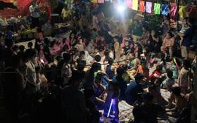 Trái với cảnh đông đúc ở trung tâm, bọn trẻ khu tập thể cũ Hà Nội quây quần phá cỗ và rước đèn khắp xóm đêm Trung thu