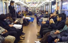 Vì sao người Nhật không bao giờ sử dụng điện thoại di động khi đi tàu điện ngầm?