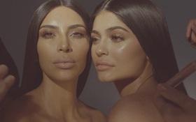 """Kim """"siêu vòng 3"""" làm son cùng em gái Kylie Jenner, thu hút gần 4 triệu view sau nửa ngày up video quảng bá"""