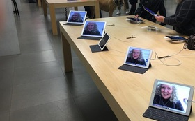 """Bà mẹ """"xì tin"""" của năm: Vào Apple Store tự sướng cực nhắng rồi đổi toàn bộ ảnh nền"""