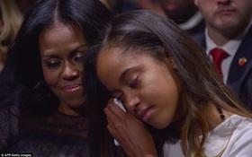 Con gái lớn nhà Obama bật khóc bên mẹ khi lắng nghe bài phát biểu chia tay của bố