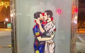 Messi cầm hoa hồng, hôn môi đắm đuối Ronaldo