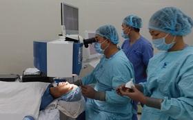 Việt Nam lần đầu phẫu thuật mắt không chạm mắt