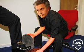 Ảnh chế: Mourinho đi đánh giày sau trận thua Arsenal