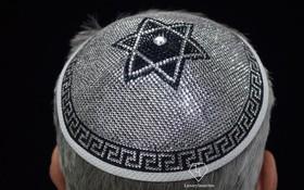 Lộ diện chiếc mũ đính toàn pha lê và kim cương có giá 3,8 tỷ đồng