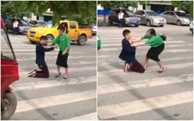 Không muốn bị vợ bỏ, người chồng trẻ quỳ gối giữa đường rồi tự lấy dao đâm vào bụng để xin tha thứ