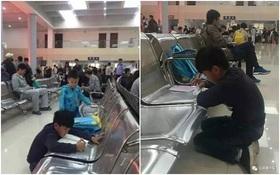 Trung Quốc: Đằng sau hình ảnh bé trai quỳ gối, miệt mài học bài giữa bến xe ngày nghỉ lễ là một câu chuyện buồn