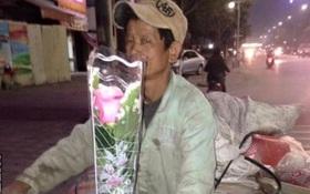 Hình ảnh đẹp nhất ngày 8/3: Người đàn ông lượm ve chai mua hoa về tặng vợ