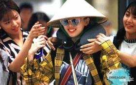 Lý do thật sự đằng sau việc Nayeon (TWICE) đội nón lá và mang nhiều đồ trên người khi rời Việt Nam