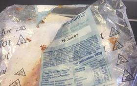 Hành khách tá hỏa khi phát hiện đồ ăn được phục vụ trên máy bay đã hết hạn từ 10 năm trước