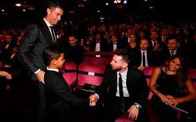 Ronaldo phải chật vật mới khiến cậu con trai lớn Cristiano Jr ngồi ăn tối