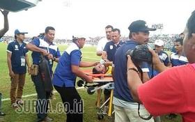 Sốc: Thủ môn Indonesia thiệt mạng sau pha va chạm kinh hoàng với đồng đội