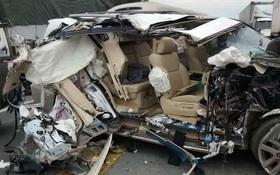 Xe Lexus nát bét sau va chạm với xe tải trên cao tốc Nội Bài - Lào Cai