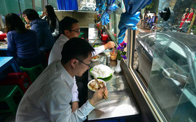 Xuất hiện quán ăn phục vụ ngay trên ô tô 29 chỗ sau chiến dịch đòi lại vỉa hè ở Hà Nội