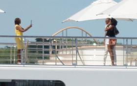 Vợ chồng Obama tạo dáng trên du thuyền 300 triệu USD