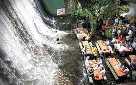 Nhìn thì ngỡ rằng một thác nước tự nhiên nhưng hóa ra, nơi này lại đặc biệt hơn rất nhiều