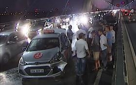 6 ô tô tông liên hoàn trên cầu Nhật Tân