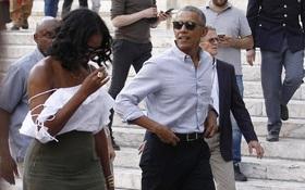 Cựu Đệ nhất phu nhân Michelle Obama diện áo hở vai đầy gợi cảm sánh bước bên chồng tại Ý