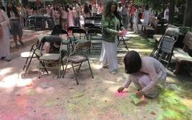 Học sinh trường THPT Nguyễn Khuyến: Sau khi chơi bột màu xong chúng em đã ở lại trường để dọn dẹp
