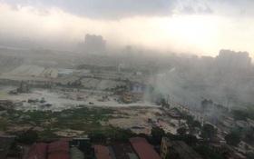 Chùm ảnh: Bão bụi ngập trời ngày Hà Nội đón trận giông đầu tiên sau đợt nóng đỉnh điểm