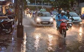 Hà Nội ngập sau cơn mưa giông lớn chấm dứt chuỗi ngày nắng nóng