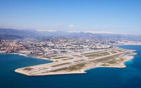 Có những quốc gia chỉ rộng chưa tới 0,5km2 hay 61km2, họ phải làm gì để xây dựng sân bay?