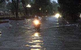 Chùm ảnh: Hà Nội ngập nặng sau cơn mưa chiều tối, đời sống người dân đảo lộn