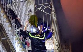 Hà Nội: Cắt rào sắt chuồng cọp giải cứu 3 nạn nhân thương vong trong đám cháy tại phố Vọng