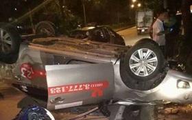 Hà Nội: Taxi tông thẳng gốc cây lật ngửa sau va chạm với xe máy, một người tử vong