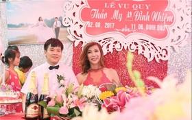 Hàng trăm người hiếu kì xem đám cưới của cô dâu chuyển giới và chú rể Thanh Hóa