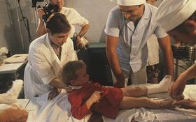 Cả êkip mổ từ bỏ nhưng bé gái từng bị bố vô tình cắt đứt lìa bàn chân vẫn chạy nhảy được nhờ một người