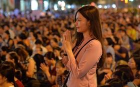 Biển người ngồi dưới lòng đường cầu nguyện trong đại lễ Vu Lan ở chùa Phúc Khánh