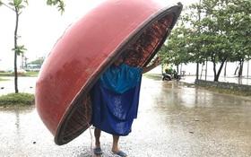Chùm ảnh: Bão số 10 bắt đầu gây mưa, đồng loạt các tỉnh khẩn trương phòng hộ