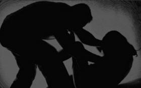 Đến dự sinh nhật kẻ côn đồ, thiếu nữ bị đánh bầm dập, hiếp dâm