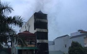 Hà Nội: CSGT trèo tường cứu 5 người trong ngôi nhà cháy lớn lúc nửa đêm, 2 con gái chủ nhà tử vong