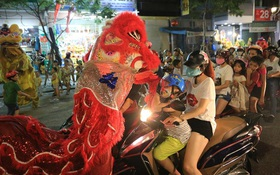 Đà Nẵng: Không khí rộn ràng khắp mọi tuyến đường khi các đội múa lân tràn ra giữa đường biểu diễn