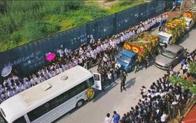 Hàng nghìn học sinh Lương Thế Vinh đứng hai bên đường tiễn đưa đoàn xe chở linh cữu thầy Văn Như Cương về nơi an nghỉ cuối cùng