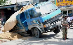 """Kinh hãi hố sâu """"nuốt chửng"""" xe ben ở TP HCM"""