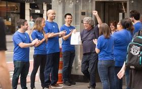 Mỹ: Hàng chục người xếp hàng mua iPhone X tại Apple Store giả được dựng lên cho vui