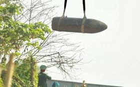 Hà Nội: Trục vớt thành công quả bom dài 2m ở chân cầu Long Biên