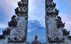 Vì vài bức hình mà bất chấp cả mạng sống: Núi lửa cứ rình rập phun, du khách vẫn vô tư chụp ảnh