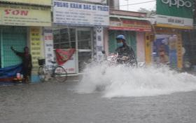Mưa như thác đổ, đường Sài Gòn biến thành sông, xe cộ chết máy la liệt