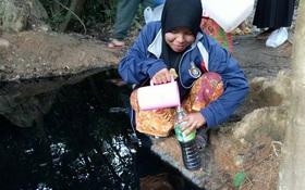 """Thái Lan: Sự thật phía sau hố nước đen ngòm """"linh thiêng và có thể chữa được bách bệnh"""" ở giữa rừng"""