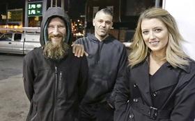 Đưa những đồng tiền cuối cùng cho cô gái trẻ, người đàn ông vô gia cư không ngờ điều này lại xảy đến với mình