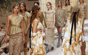 Hết đưa người xem lên vũ trụ, Chanel lại biến runway thành Hy Lạp cổ đại