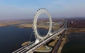 24h qua ảnh: Vòng đu quay khổng lồ trên cầu vượt sông ở Trung Quốc