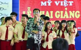 """Only C, Miu Lê """"trở về tuổi thơ"""" trong lễ Khai giảng trường TH-THCS-THPT Mỹ Việt"""