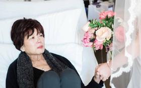 Mẹ bệnh liệt giường, con gái nuốt nước mắt mang cả tiệm áo cưới đến bệnh viện để hoàn thành một tâm nguyện