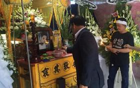 MC Quyền Linh cùng nhiều đồng nghiệp tới viếng diễn viên Nguyễn Hoàng